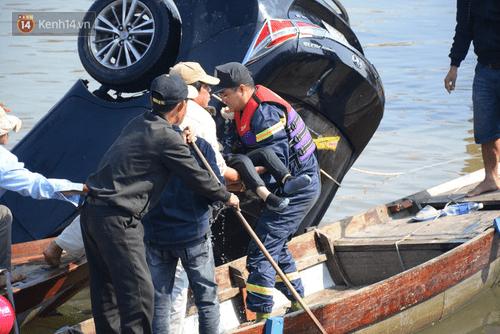 Vụ ô tô lao xuống sông Hoài, 3 người chết: Nhói lòng hình ảnh thi thể bé trai 6 tuổi kẹt trong xe - Ảnh 10