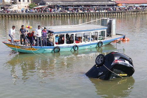 Vụ ô tô lao xuống sông Hoài, 3 người chết: Nhói lòng hình ảnh thi thể bé trai 6 tuổi kẹt trong xe - Ảnh 7