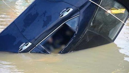 Vụ ô tô lao xuống sông Hoài, 3 người chết: Nhói lòng hình ảnh thi thể bé trai 6 tuổi kẹt trong xe - Ảnh 8