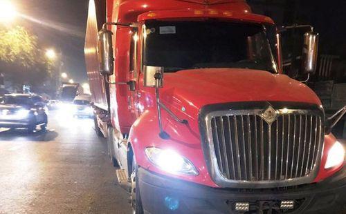 Tin tai nạn giao thông mới nhất ngày 26/1/2019: Xe container lao lên dải phân cách, tài xế có dấu hiệu bất thường - Ảnh 1