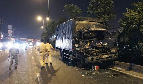 Ô tô tải tông đuôi xe container dừng đèn đỏ, 1 người chết - Ảnh 1