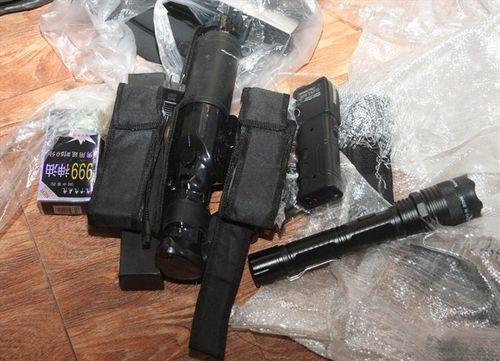 Người đàn bà 40 tuổi cất giấu nhiều dao, kiếm và thuốc kích dục trong cửa hàng bách hóa - Ảnh 2