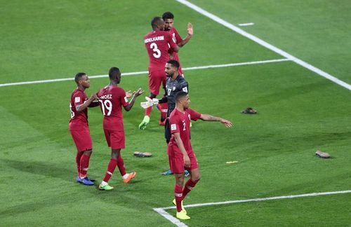 AFC điều tra vụ CĐV UAE ném giày dép vào cầu thủ Qatar tại Asian Cup 2019 - Ảnh 1
