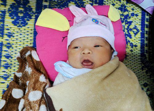 Xót xa bé gái sơ sinh bị bỏ rơi ở hành lang bệnh viện ngày giáp Tết - Ảnh 1
