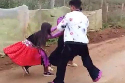 """Xôn xao video 3 trai bản """"bắt vợ"""" ở Hòa Bình, cô gái nằm lăn xuống đất khóc lóc - Ảnh 1"""
