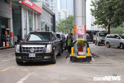 """Video: Tiết lộ số lượng xăng xe """"quái thú"""" của Tổng thống Trump nạp ở Hà Nội - Ảnh 1"""
