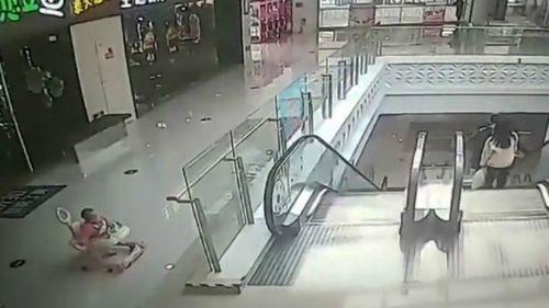 Video: Bé gái 9 tháng tuổi ngồi xe tập đi ngã lộn nhào xuống thang cuốn - Ảnh 1