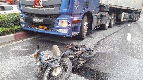 Tai nạn giao thông, container kéo lê người đàn ông lúc rạng sáng - Ảnh 1