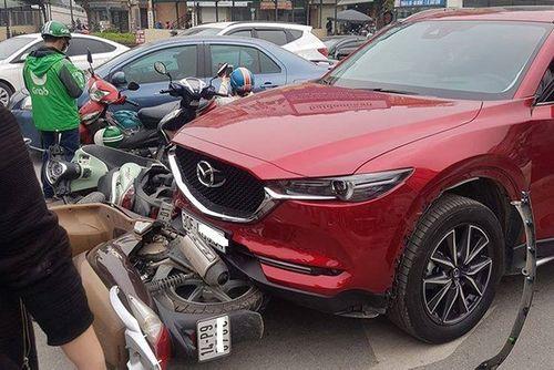 Nữ tài xế Mazda đâm hàng loạt xe máy ở Ngã Tư Sở - Ảnh 1