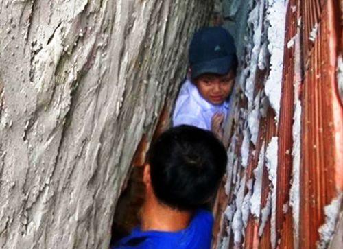 Đuổi theo mèo, bé trai 8 tuổi bị mắc kẹt trong khe tường rộng 30cm - Ảnh 1