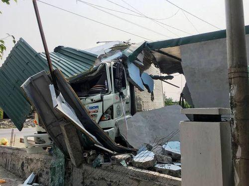 Tông sập tiệm cắt tóc, tài xế xe tải bị bắt đền 250 triệu đồng - Ảnh 2
