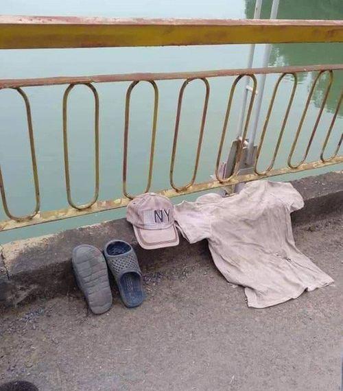 Người đàn ông cởi bỏ đồ trên cầu rồi bất ngờ nhảy xuống sông tự tử - Ảnh 1