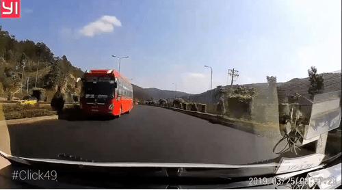 Phạt 7,5 triệu đồng tài xế xe khách chạy ngược chiều trên cao tốc ở Lâm Đồng - Ảnh 1