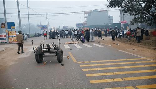 Hiện trường vụ tai nạn thảm khốc xe khách đâm đoàn đưa tang khiến 7 người chết - Ảnh 3