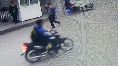 Video: Nam thanh niên lạ mặt trộm xe máy của nữ sinh đại học Y Hà Nội - Ảnh 2