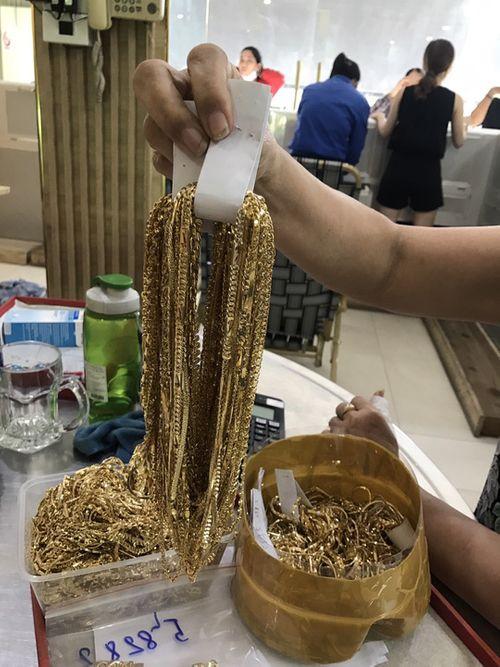 Chủ tiệm vàng ở Hội An bất ngờ nhận lại 4,9 tỷ và 225 lượng vàng - Ảnh 1