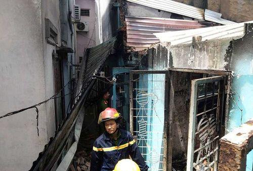 Hai căn nhà cháy rụi giữa trưa, nữ gia chủ khóc ngất tại hiện trường - Ảnh 1