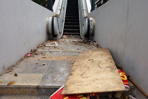 Ngổn ngang rác trước cửa thang máy nhà ga đường sắt Cát Linh - Hà Đông - Ảnh 1