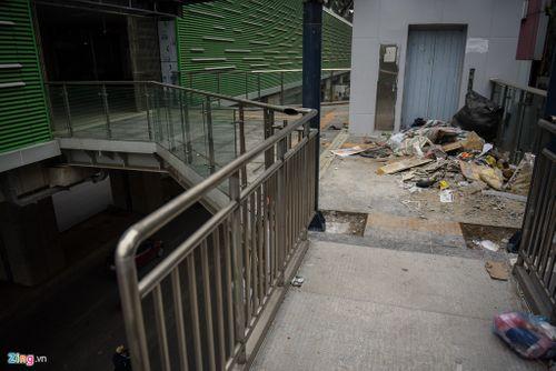 Ngổn ngang rác trước cửa thang máy nhà ga đường sắt Cát Linh - Hà Đông - Ảnh 2