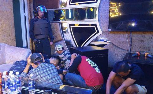 Đột kích quán karaoke lúc rạng sáng, bắt quả tang hơn 100 người đang nhảy múa - Ảnh 1