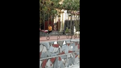 Clip người phụ nữ vật ngửa bé gái để đút ăn gây bức xúc - Ảnh 1