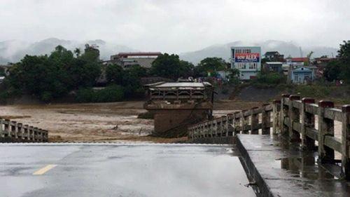 Sập cầu ở Yên Bái: Ám ảnh những ngôi nhà bị nước lũ nuốt trọn - Ảnh 1