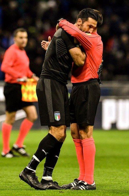 Italia mất vé dự World Cup 2018: Buffon bật khóc nức nở - Ảnh 1
