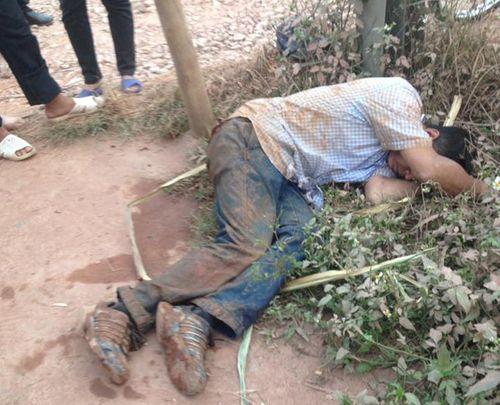 2 người đàn ông trộm gà bị dân đánh gục ven đường ở Bắc Giang - Ảnh 1