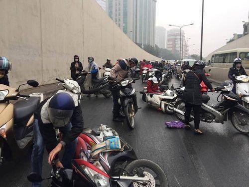 Nguyên nhân hàng chục xe máy ngã la liệt dưới hầm chui Kim Liên - Ảnh 1