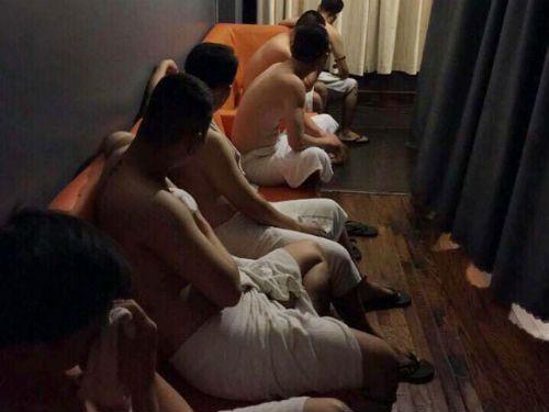 Đột kích ổ mại dâm nam, bắt quả tang 2 nhân viên nam đang kích dục cho khách - Ảnh 1
