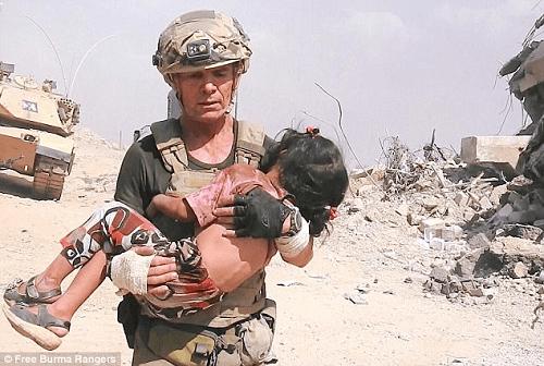 Cựu đặc nhiệm Mỹ liều mình giữa làn đạn cứu bé gái 5 tuổi - Ảnh 1