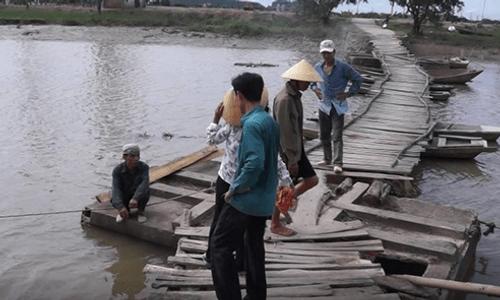 Qua cầu phao, 2 cha con rơi xuống sông tử vong - Ảnh 1