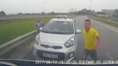 Tài xế taxi chạy ngược chiều, vung gậy sắt đe dọa bị tước bằng lái 2 tháng - Ảnh 1