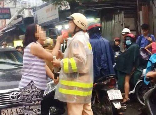 Vụ nữ tài xế lăng mạ, túm cổ áo CSGT: Luật sư nói gì? - Ảnh 1