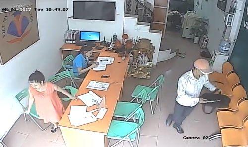 Clip: Vờ vào tiếp thị, thanh niên trộm điện thoại trước mặt nạn nhân - Ảnh 2