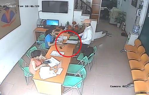 Clip: Vờ vào tiếp thị, thanh niên trộm điện thoại trước mặt nạn nhân - Ảnh 1