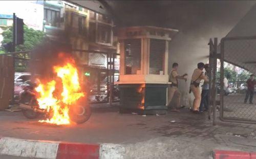 Nam thanh niên đốt xe vì bị CSGT xử phạt có thể bị xử lý hình sự - Ảnh 1