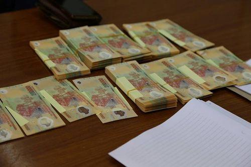 Nam thanh niên quấn gần 200 triệu tiền giả quanh bụng - Ảnh 1