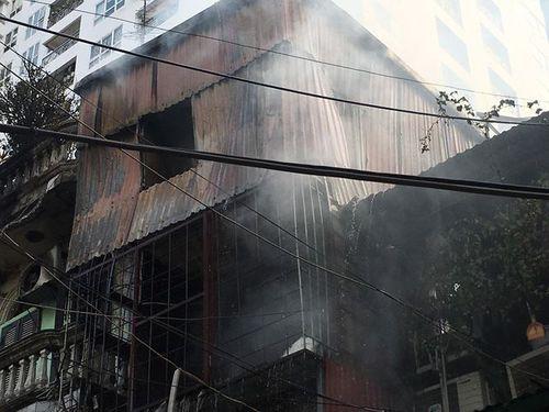 Hà Nội: Cháy nhà trên phố Bạch Mai, nhiều người hoảng loạn - Ảnh 2