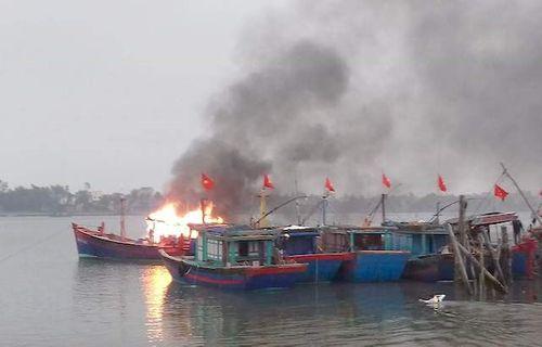 Hầm máy tàu cá bốc cháy trên biển, 1 người chết, 1 người bị thương - Ảnh 1