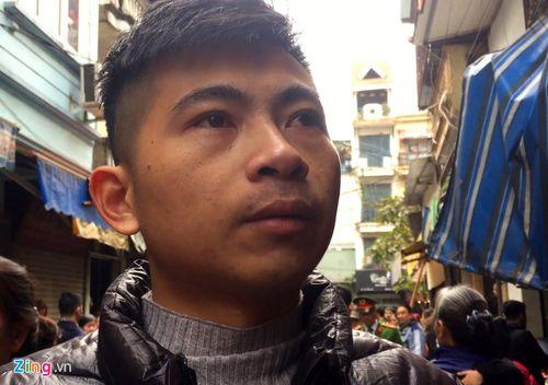 """Cháy nhà ở Hà Nội: """"Người hùng"""" trèo lên căn nhà rực lửa 4 tầng cứu 2 cụ già  - Ảnh 1"""