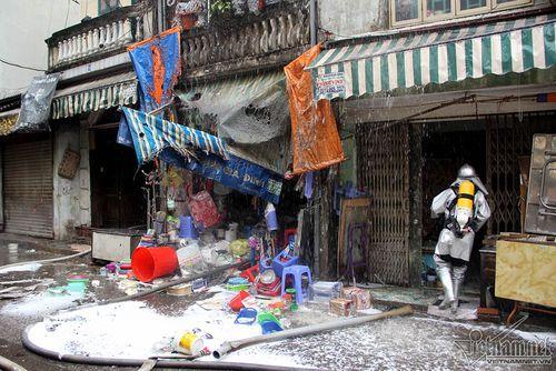 """Cháy nhà ở Hà Nội: """"Người hùng"""" trèo lên căn nhà rực lửa 4 tầng cứu 2 cụ già  - Ảnh 2"""