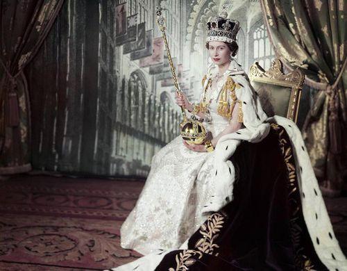 Nữ hoàng Anh lần đầu tiết lộ về chiếc vương miện nặng 1,3 kg sau 65 năm đăng quang - Ảnh 1