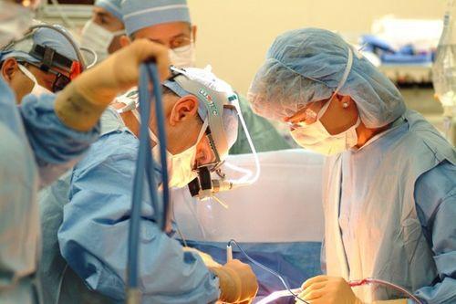 Đang phẫu thuật, bác sĩ đòi bệnh nhân phải trả thêm tiền cho thủ thuật bổ sung - Ảnh 1
