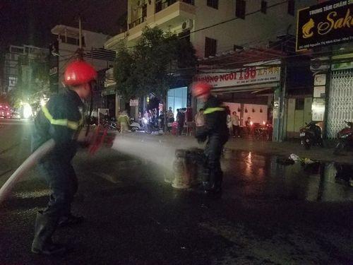 Nổ bình gas, cháy nhà hàng ở Nha Trang: 2 chiến sĩ cứu hỏa bị thương - Ảnh 1
