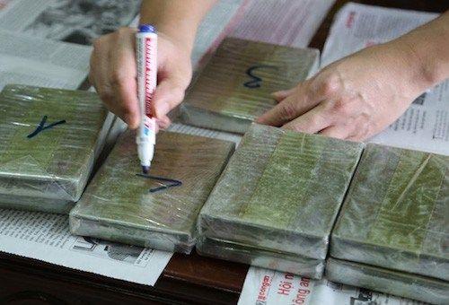 Bắt kẻ vận chuyển thuê 10 bánh heroin với tiền công 16 triệu đồng - Ảnh 1