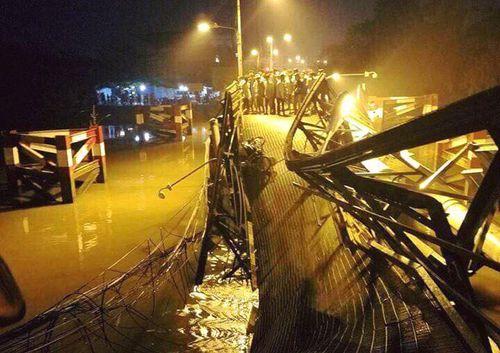 Tạm giữ tài xế lái xe quá tải trọng gây sập cầu ở Sài Gòn - Ảnh 1