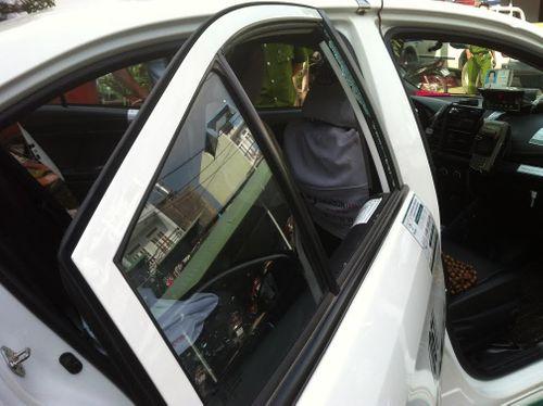 Truy bắt 2 đối tượng khống chế tài xế taxi, cướp điện thoại - Ảnh 1