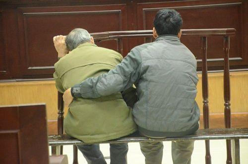 Hà Nội: Bị cáo 80 tuổi xâm hại bé gái bị tăng án lên 10 năm tù - Ảnh 1
