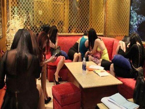9 tiếp viên múa khỏa thân phục vụ khách, chủ quán karaoke bị phạt tiền - Ảnh 1